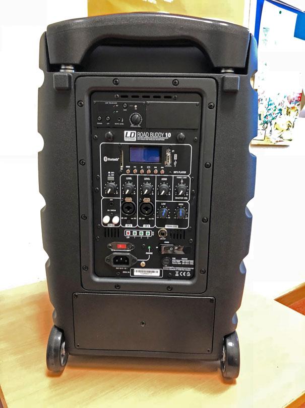 Übergabe mobiler Bluetooth-Lautsprecher ROADBUDDY 10 für Friedrich-Ebert Schule Hürth