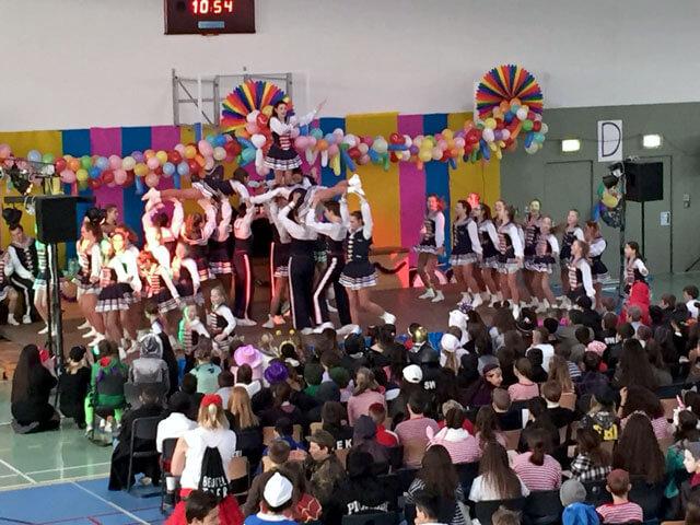 Auftritt der Tanzgruppe der Rheinmatrosen Minis der großen Mülheimer Karnevalsgesellschaft auf der Schulkarnevalssitzung der Friedrich-Ebert-Schule in Hürth.